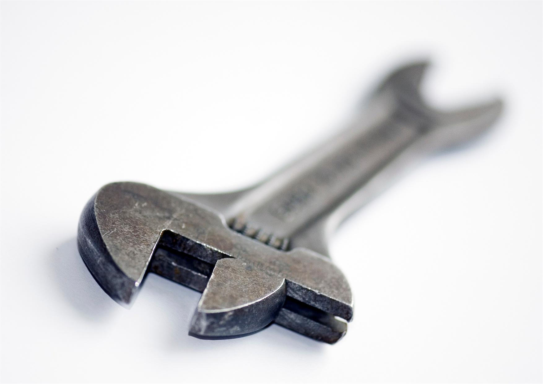 An adjustable wrench that lies diagonally.